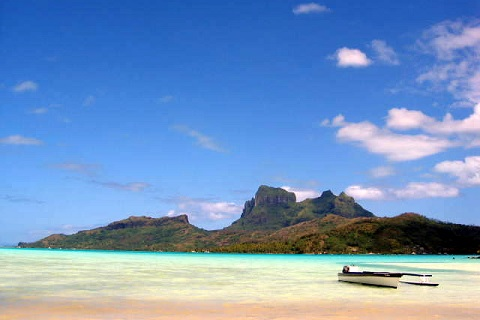 Bora-Bora-Insel-mit-Boot.jpg